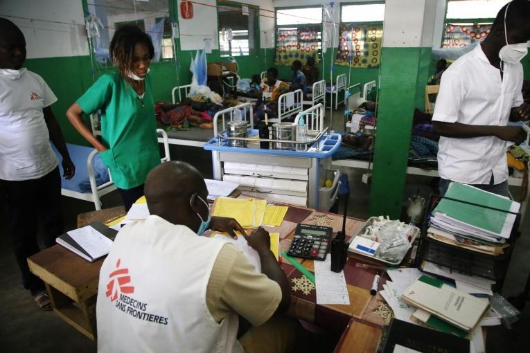 Des travailleurs MSF dans l'unité de soins intensifs pédiatriques de l'hôpital MSF de la ville de Kabo.