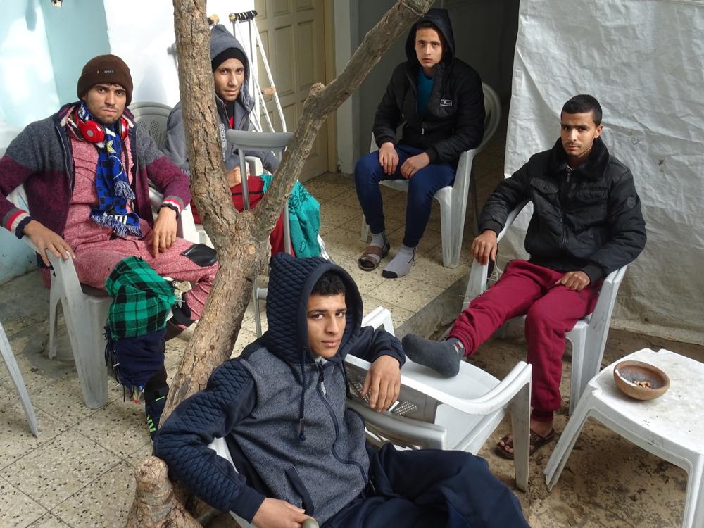 Un groupe de jeunes dans la zone d'attente de la clinique de MSF à Gaza.