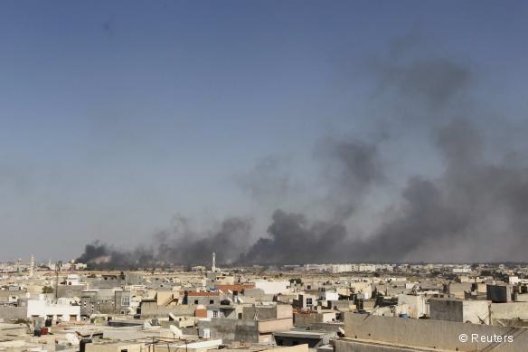 Des fumées surplombent la ville de Tripoli après des combats, le 23 août 2011.
