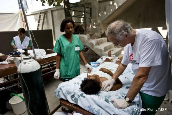 Une intervention chirurgicale en Haïti, après le séisme qui a frappé l'île en janvier 2010.