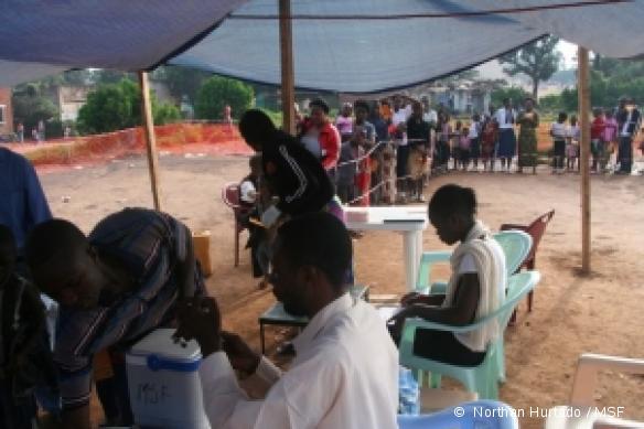 Les infirmiers préparent le vaccin contre la rougeole - Province du Katanga, RDC, janvier 2011