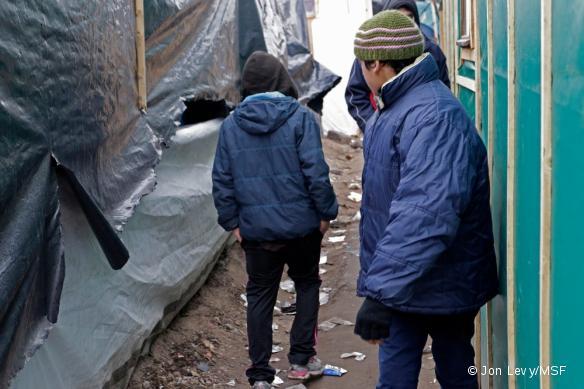 Un mineur de 11 ans, vivant seul dans la Jungle de Calais. Son père est en Angleterre et sa mère en Afghanistan.