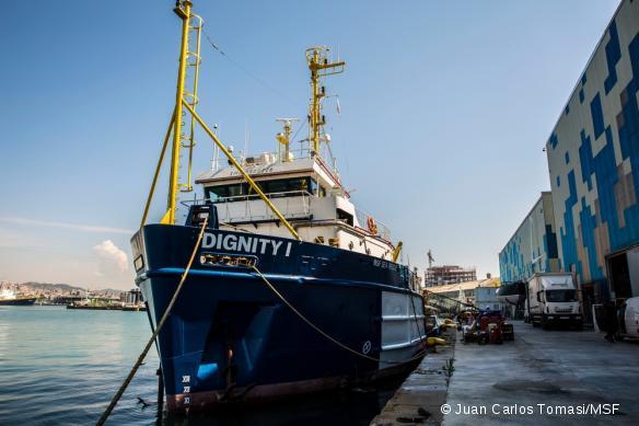 Le Dignity I, prêt à venir en aide aux migrants tentant la traversée de la Méditerranée.