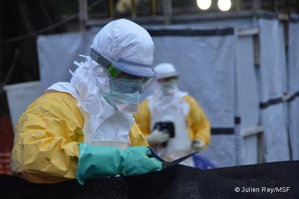 Des logisticiens réaménagent le centre de traitement Ebola de Donka, en Guinée. Octobre 2014