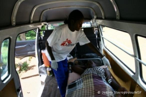 Zimbabwe, février 2009. En raison du coût élevé des transports, payable en devises étrangères uniquement, l'accès des populations aux centres de santé est extrêmement difficile.