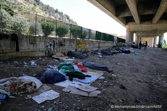 Des Soudanais, Somaliens, Ethiopiens vivent dans des conditions intolérables sous le pont de Vintimille, en attendant de pousser rejoindre la France.