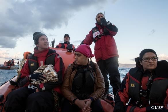 Les équipes de MSF et de Greenpeace approchent du Port de Molyos après avoir secouru trois personnes au large des côtes de l'île de Lesbos, en Grèce.
