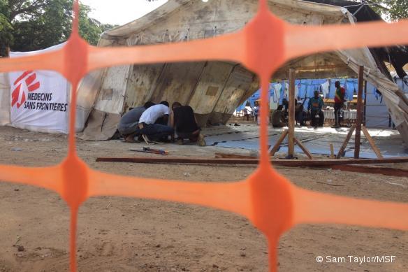 L'équipe MSF lors de l'agrandissement du centre de traitement de l'Ebola dans l'hôpital Donkade Conakry, en Guinée, le 6 avril 2014.
