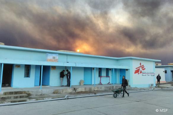 L'hôpital MSF de Qayyarah, au sud de Mossoul, en Irak. Pris en photo en décembre 2016, le ciel le surplombant était alors chargé des fumées des puits de pétrole en feu.