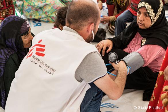 Un médecin MSF prend en charge des déplacés ayant fui Mossoul, réfugiés ici dans le camp d'Hassansham. Mai 2017