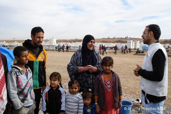 Les équipes de MSF se rendent dans les camps d'Hassancham et de Khazir, à 35 km à l'est de Mossoul, pour expliquer aux déplacés qu'ils peuvent consulter un psychiatre ou un psychologue s'ils ont besoin d'aide.