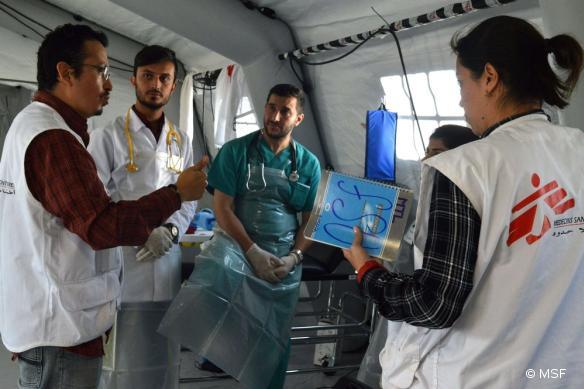 L'équipe MSF se prépare dans l'unité chirurgicale du nouvel hôpital de campagne mis en place au nord de Mossoul.