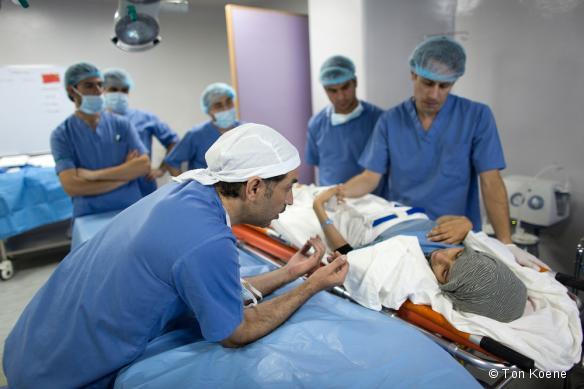 L'équipe chirugicale MSF de l'hôpital de Ramtha se prépare à opérer un patient. Novembre 2013