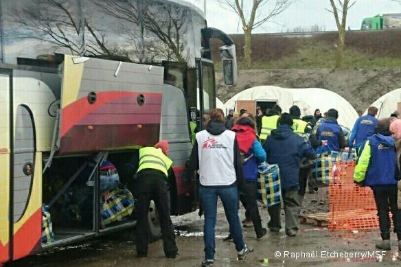 Les migrants s'installant dans le nouveau camp de la Linière, le 7 mars 2016