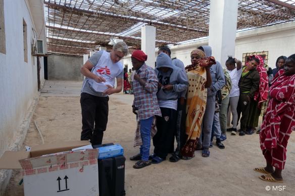 Le docteur Tankred Stoebe délivrant des soins à des femmes détenues dans un centre de détention,à mi-chemin entre Misrata et Tripoli.