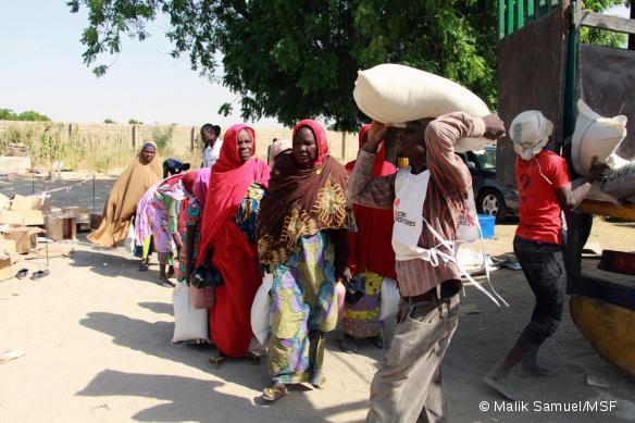 Une distribution de nourriture de MSF à des réfugiés, à Maïduguri, en décembre 2016.
