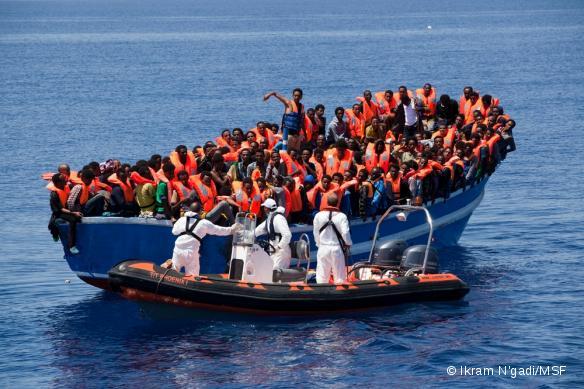 MSF et le Migrant Offshore Aid Station (MOAS) ont lancé le 2 mai une opération commune de recherche, de sauvetage et d'aide médicale en Méditerranée centrale, entre l'Afrique et l'Europe. L'opération se déroulera de mai à octobre, où il est attendu que des milliers de migrants risquent leur vie pour trouver refuge en Europe.