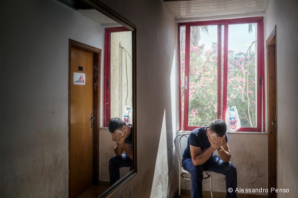 """Un réfugié syrien attend son tour pour une consultation MSF dans l'hôtel """"Captain Elias"""". Juin 2015"""