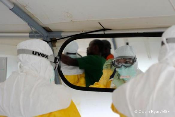 Une infirmière vérifie son équipement avant de pénétrer dans la zone à haut risque d'ELWA 3, centre MSF de gestion de l'Ebola à Monrovia, Liberia - Septembre 2014