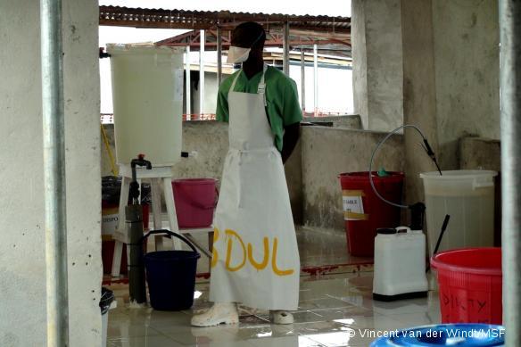 Abdul est désinfecteur à Bo, en Sierra Leone. Il s'assure que l'hygiéniste peut retirer sa combinaison en toute sécurité.