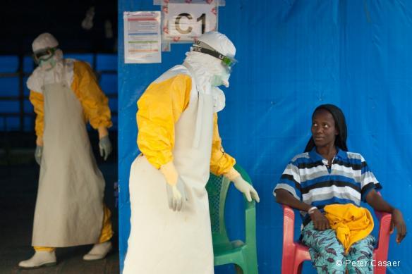 Kadia, 20 ans, a été diagnostiquée positive à Ebola. Elle a participé à l'essai clinique du Favipiravir à Guéckédou et deux semaines plus tard, elle était guérie et pouvait rentrer chez elle.