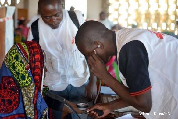 Dispensaire mobile MSF pour les populations musulmanes déplacées à l'église de Carnot - Février 2014