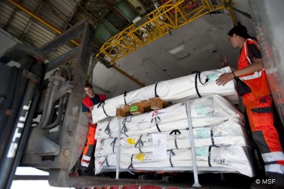 Chargement d'un avion cargo MSF