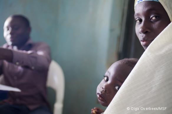 Housseni a 1 an et 5 mois. Sa mère a déjà perdu un enfant et elle ne savait pas à l'époque que c'était à cause d'un empoisonnement au plomb.