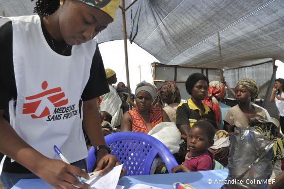 Triage des patients lors de la clinique mobile organisé par MSF dans le stade de Sotraki