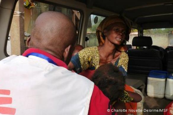 Stanislas Tatale, agent de santé de MSF dans l'enclave de l'église de Carnot, prépare le transfert vers l'hôpital d'une fillette malade.