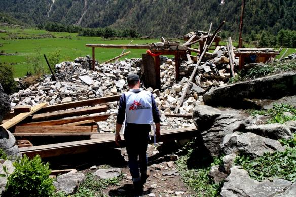 Nos équipes explorent par hélicoptère des villages reculés qui ont été touchés par le séisme.