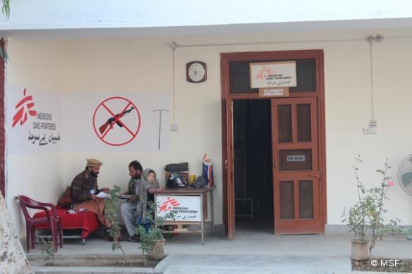 MSF soutient l'hôpital d'Hangu en gérant la salle d'urgence et en fournissant des soins chirurgicaux.