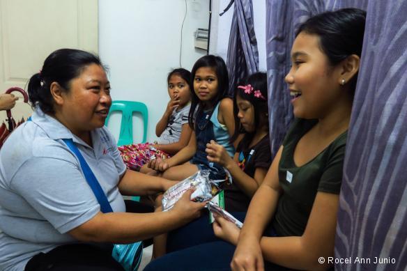 MSF intervient à Tondo avec Likhaan, une ONG locale, afin de dépister les cas de cancer du col de l'utérus chez les femmes du bidonville, mais également pour faire de la prévention et vacciner les jeunes filles de 9 à 13 ans.