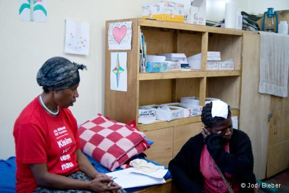 Des patientes reçoivent un traitement dans le centre de Support Familial de Tari, en Papouasie-Nouvelle-Guinée.