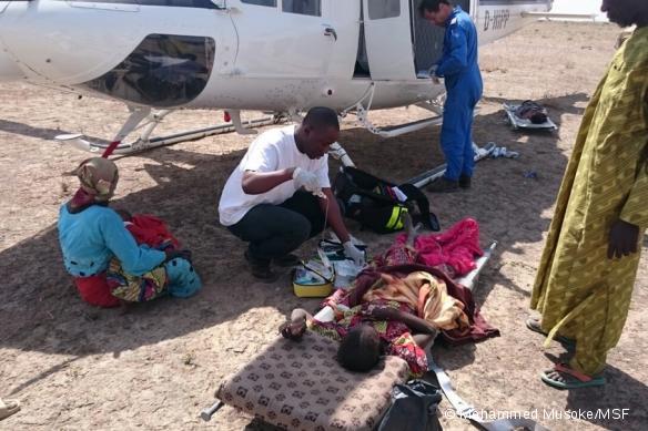 Mohammed, coordinateur médical, évacue les blessés après le bombardement.
