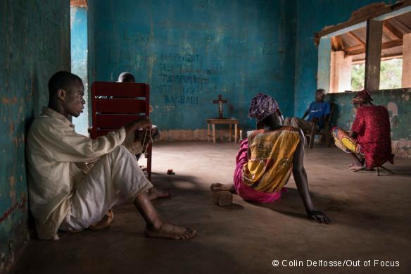 Un groupe de personnes déplacées prie dans une église de fortune, près du camp « Alternatif » de Bambari, dans le centre de la RCA. Mars 2017