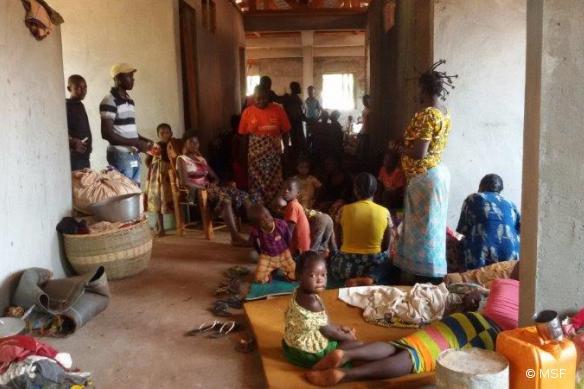 Des déplacés réfugiés à l'hôpital de Bangassou, tenu par MSF.