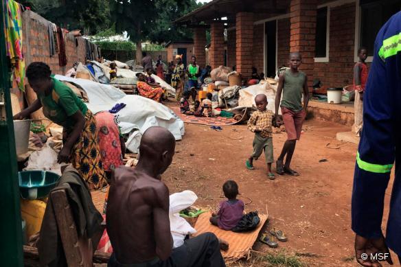 Photo prise le 3 août, montrant quelques unes des 10 000 personnes réfugiées dans l'enceinte de l'hôpital MSF à Batangafo.