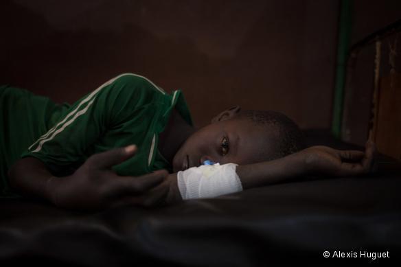 Nicsonne Dadjam, 13 ans, est pris en charge à l'hôpital MSF de Paoua, dans le nord-ouest de la RCA. Il a été mordu par un serpent alors qu'il travaillait aux champs.