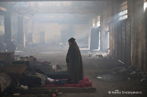 Un migrant dans un entrepôt désaffecté, à Belgrade, le 5 janvier 2017.