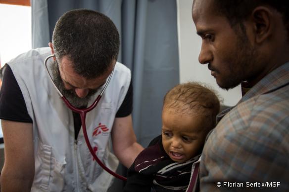 Le Dr Roberto Scaini, chef de l'équipe médicale MSF à l'hôpital d'Haydan, en consultation avec un jeune patient atteint de pneumonie et de malnutrition modérée.