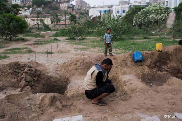 Le fils de Fakhira pleure sa mère, enterrée dans un cimetière de Taiz. 2015