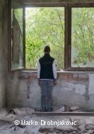 Un mineur non accompagné, dans un bâtiment désaffecté de la ville de Sid, en Serbie. Juillet 2017